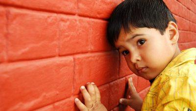 10 dấu hiệu nhận biết trẻ tự kỷ